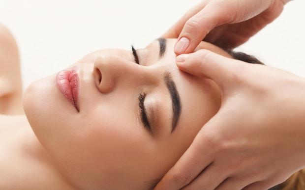 Massage mặt thường xuyên để giảm béo mặt