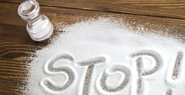 Hạn chế ăn nhiều muối để giảm béo mặt